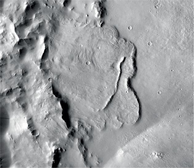 Blick auf den Grund eines tiefen Marskraters mit Anzeichen einstigen Wassers. Copyright NASA/JPL-Caltech/MSSS