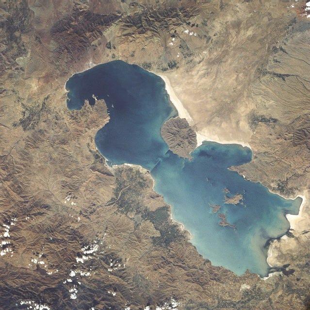 Der salzhaltige Lake Urania im Iran. Gemeinfrei. Quelle: https://en.wikipedia.org/wiki/Lake_Urmia#/media/File:Lake_urmia_1984.jpg (Abgerufen am 01.09.2017)